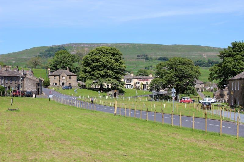 Verde de vila e estrada principal Bainbridge Yorkshire fotografia de stock royalty free