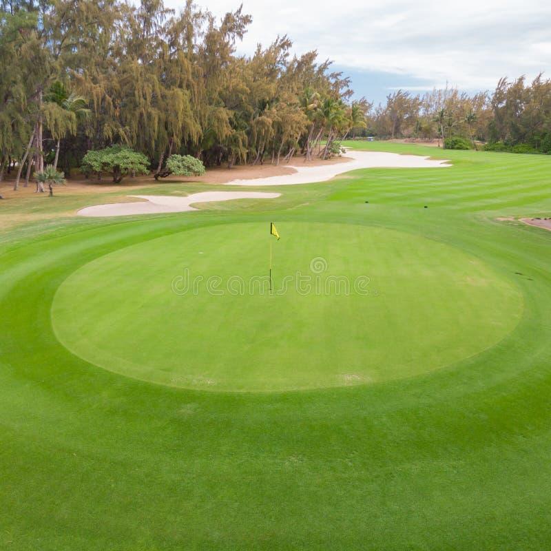Verde del agujero del campo de golf y trampas de arena fotos de archivo