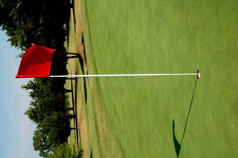 Verde del campo de golf con el indicador imágenes de archivo libres de regalías