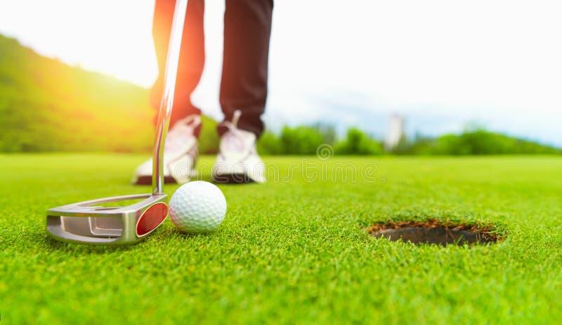 Verde del campo de golf y cierre de la pelota de golf en el campo de hierba imagen de archivo libre de regalías