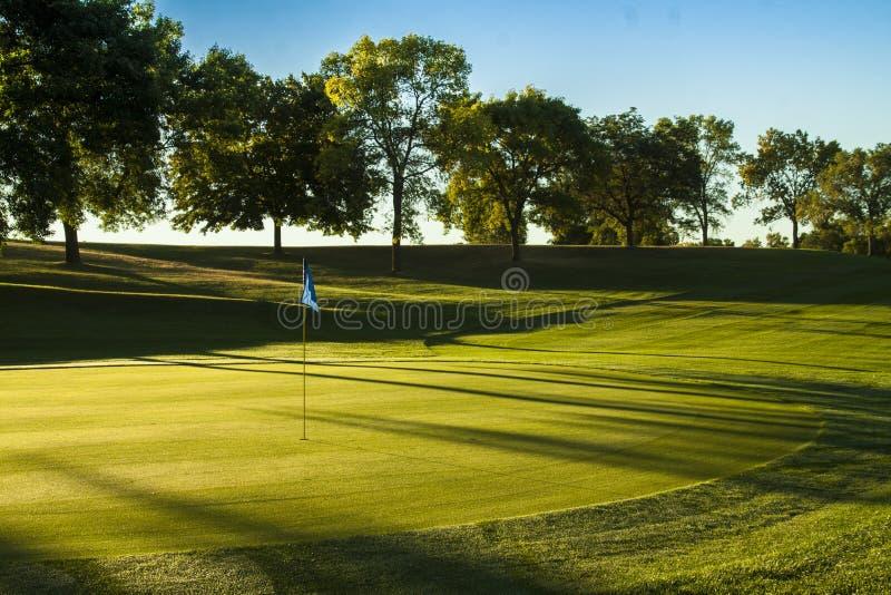 Verde del golf en la salida del sol fotos de archivo libres de regalías