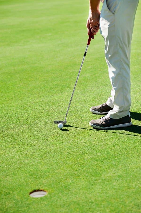Verde di tiro in buca di golf fotografia stock libera da diritti