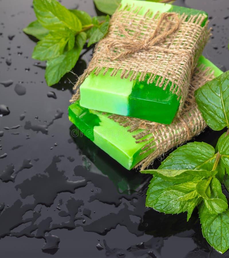 Verde feito a mão do sabão com folhas de hortelã fotos de stock