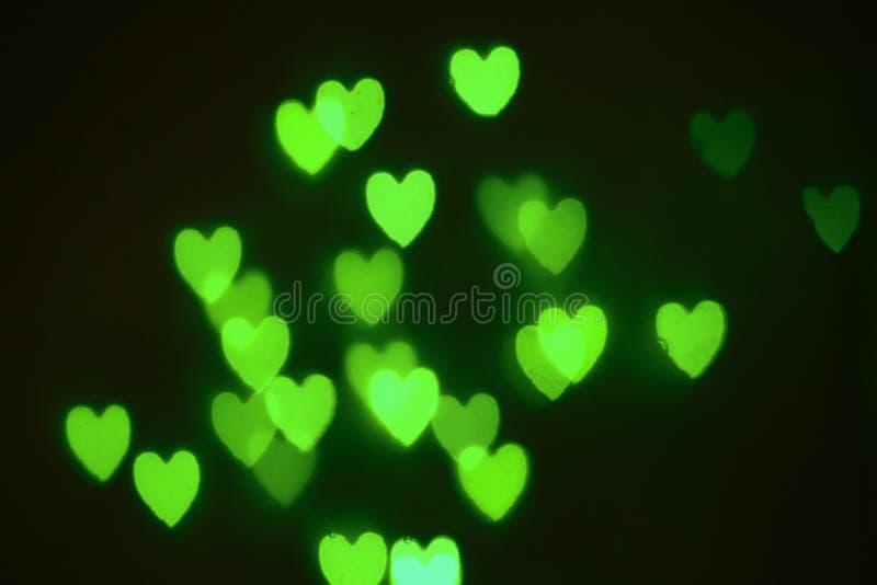 Verde fora dos corações do foco fotografia de stock
