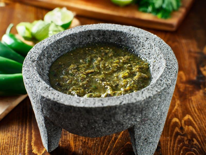 Verde mexicano da salsa no molcajete de pedra tradicional fotografia de stock royalty free