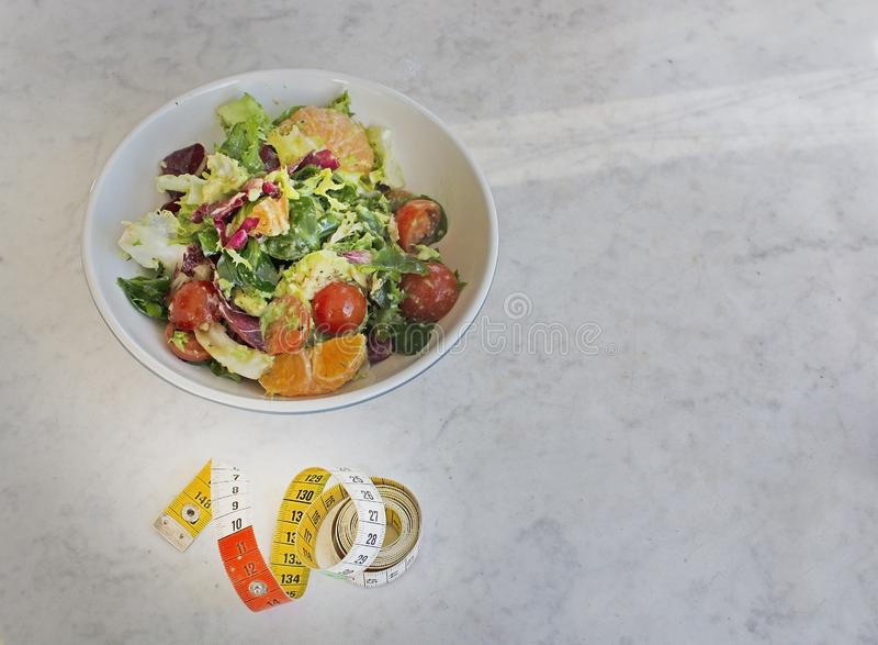 Verde misturado e salada roxa com fita de medição fotografia de stock