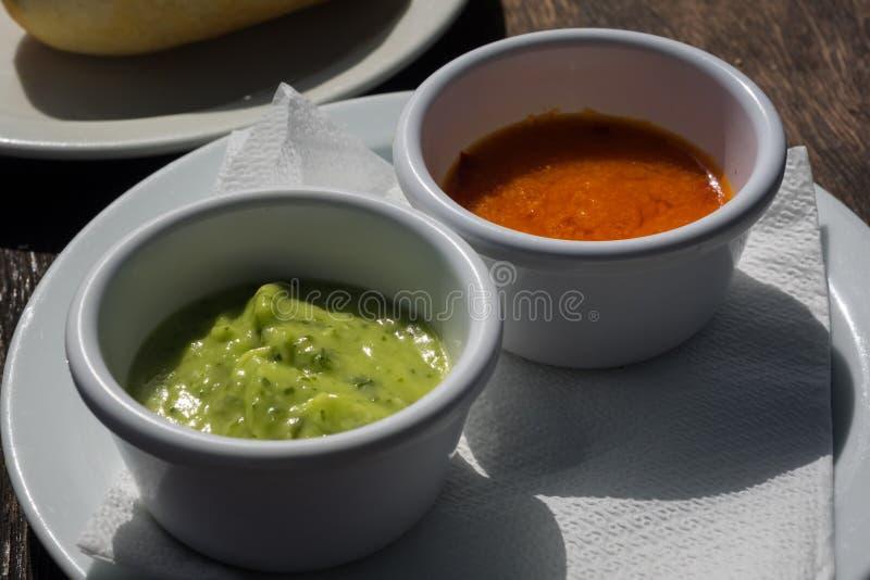 Verde Mojo e mojo rosso, salsa tipica dalla gastronomie delle isole Canarie fotografie stock libere da diritti