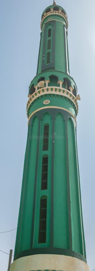 Verde o minareto del turchese di una moschea islamica fotografia stock