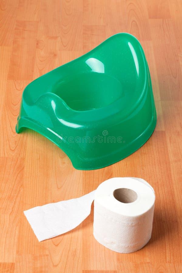 Verde potty com papel higiénico fotografia de stock