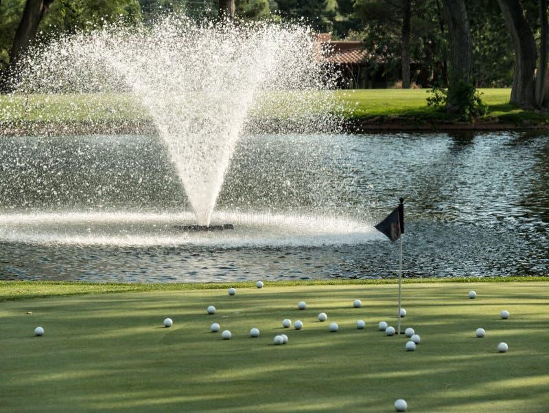 Verde que pone del campo de golf fotos de archivo libres de regalías