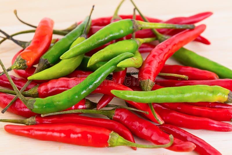 Verde rojo colorido del chile de la vaina del pimiento picante del contraste determinado de la mezcla que el diseño del modelo de foto de archivo