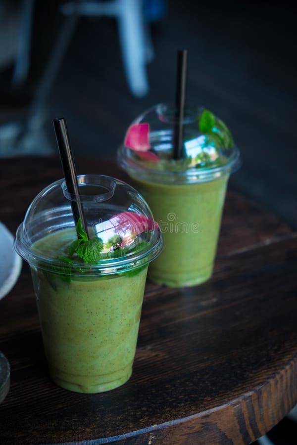Verde smoothy con l'avocado, gli spinaci e la menta fotografia stock