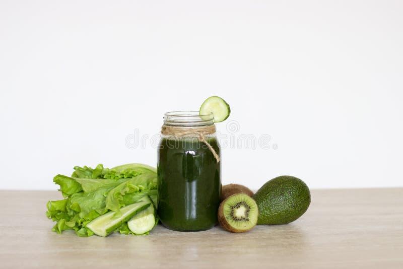 Verde vegetal dos batidos O conceito da dieta, da desintoxicação, do vegetarianismo e de um estilo de vida saudável foto de stock
