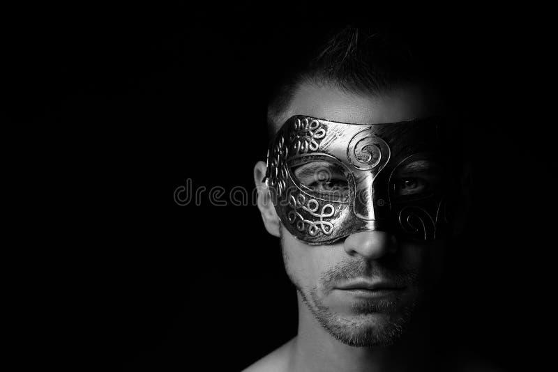 Verdeckter Mann, vor dem schwarzen Hintergrund lizenzfreie stockfotografie