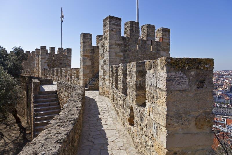 Verdedigingsmuren en torens het Kasteel van Lissabon royalty-vrije stock foto's
