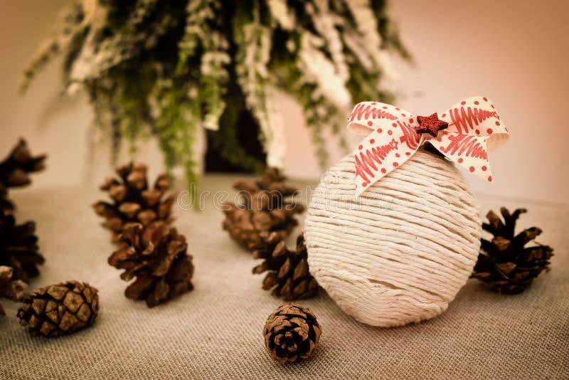 Verdekte handgemaakte kerstkeuken en dennenkeien op tafel stock afbeeldingen