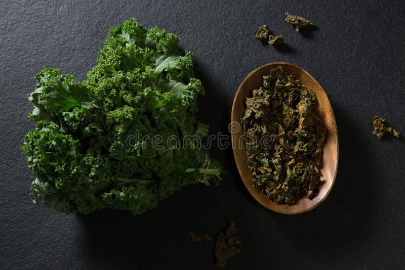 Verdes de mostarda no fundo preto fotos de stock