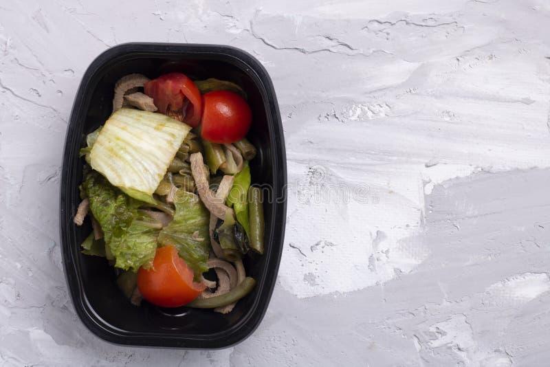 Verdes micro, vaina verde, hojas de la ensalada y col con el pan del grano, ensalada del vegano fotos de archivo