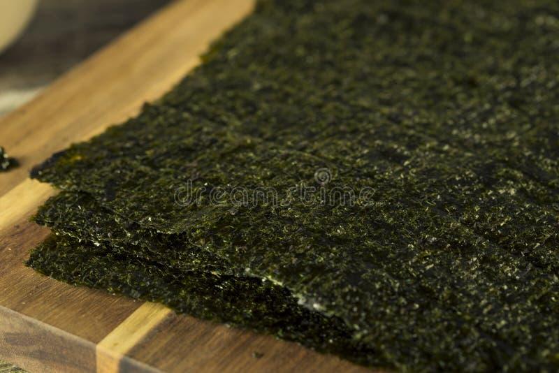 Verdes orgánicos secan las hojas de alga marina asadas fotografía de archivo