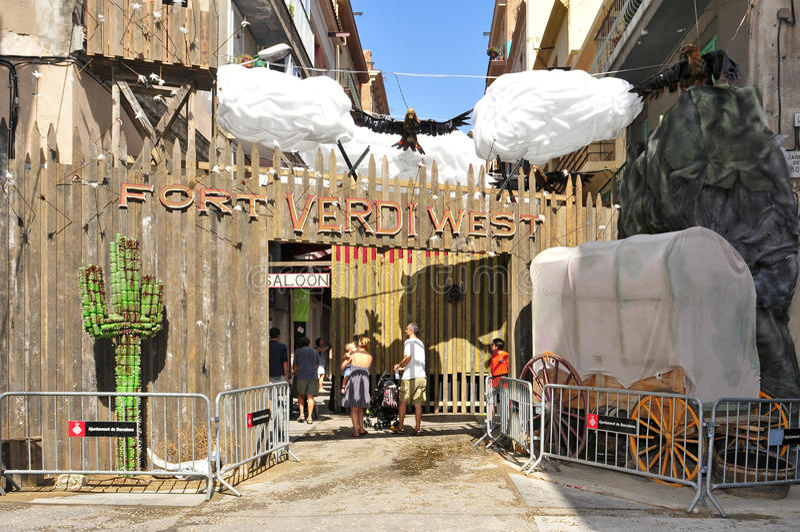 Verdi gata som garneras under Festes i Gracia royaltyfria foton