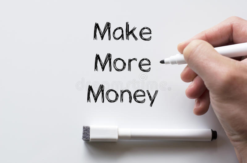 Verdienen Sie mehr Geld, das auf whiteboard geschrieben wird lizenzfreies stockfoto