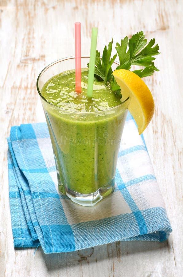 Verdissez le jus de légumes photo stock
