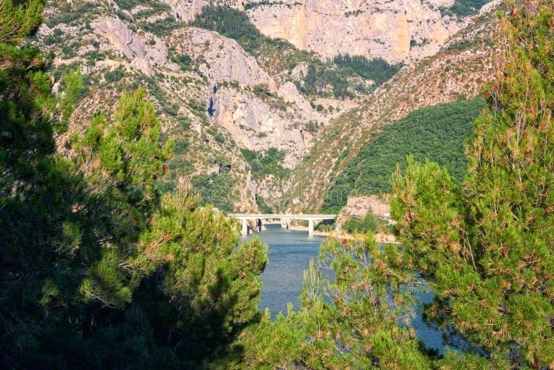 Verdon klyftanationalpark, härligt landskap med sjön och flod i fjällängbergen, Provence, Frankrike arkivfoton