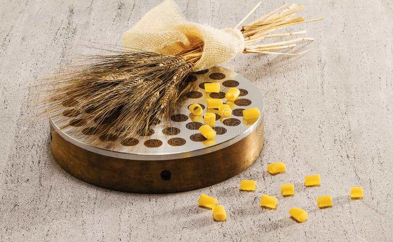 , Verdrängen Weizen und ditali lizenzfreies stockbild