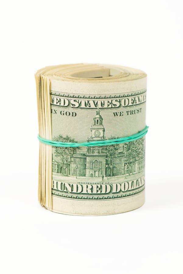 Verdraaide bundel 100 die dollarsrekeningen op wit worden geïsoleerd royalty-vrije stock afbeelding