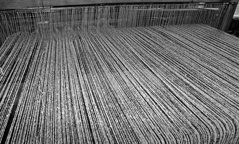 verdraaide garens in het industriële wevende weefgetouw stock foto
