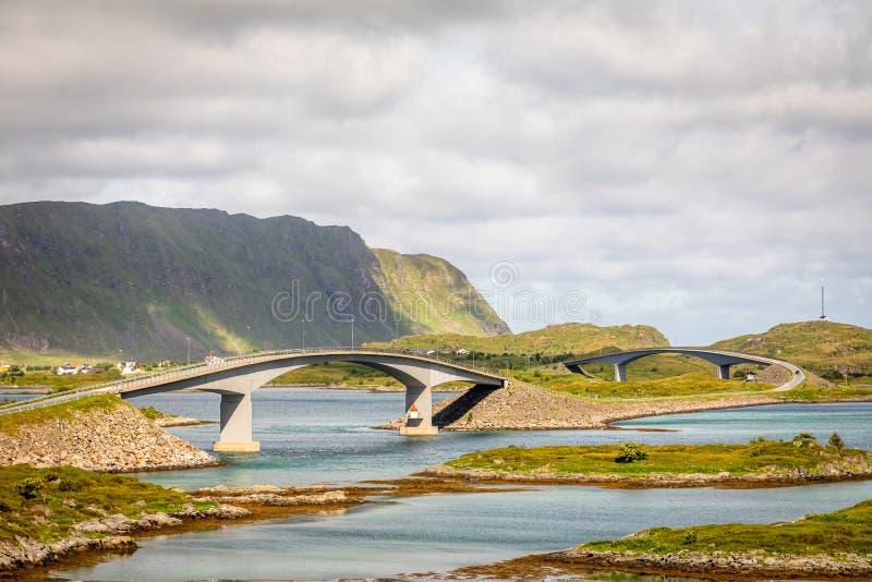 Verdraaide wegweg met Freedvang-bruggen bij de fjord, Lofoten-eiland, Flakstad-de provincie van Gemeentenordland, Noorwegen stock afbeelding