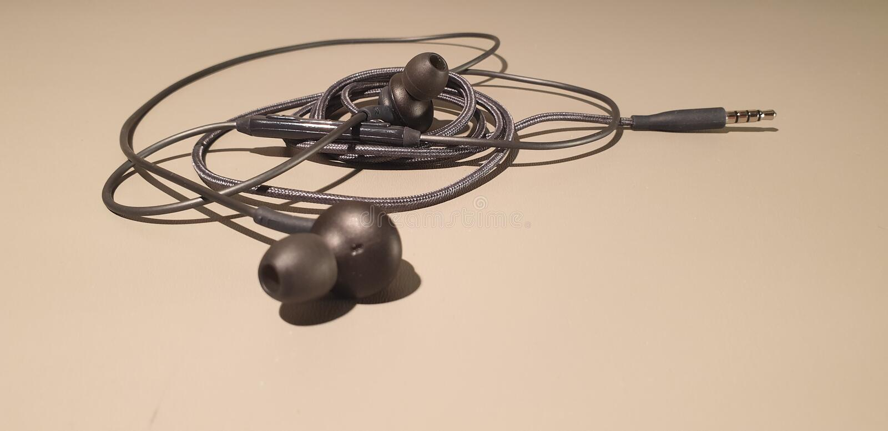 Verdrahtete Kopfh?rer Mobile Kopfhörer-Kopfhörer Kopfhörerstecker lizenzfreie stockfotografie