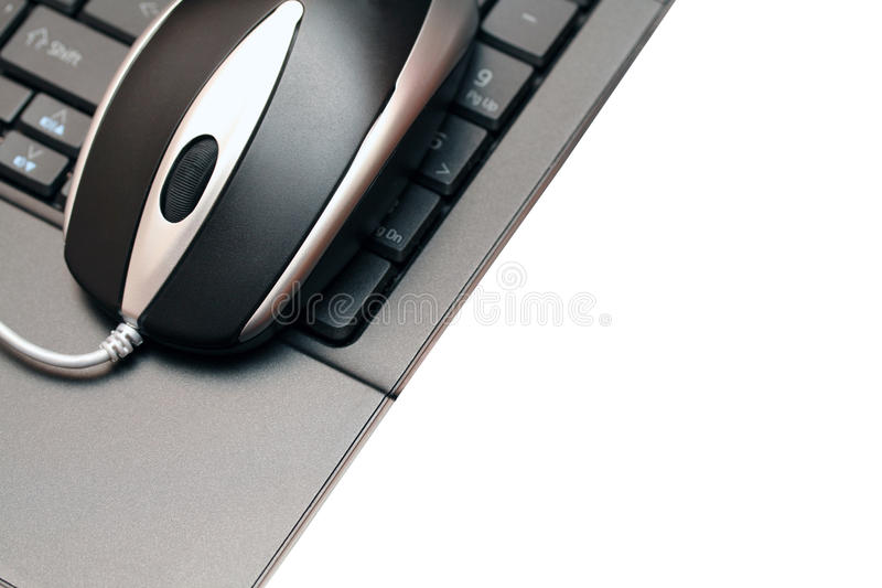Verdrahtete Maus auf einer schwarzen Tastatur lizenzfreie stockbilder
