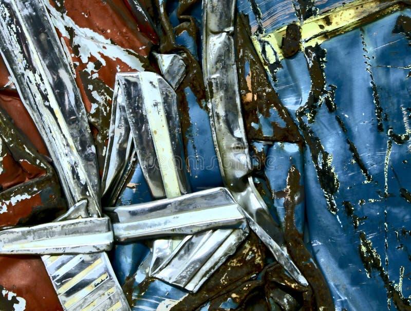 Verdrehtes verrostetes Metallauto-Wrack Silber-Chrome-Rot-Blau lizenzfreies stockfoto