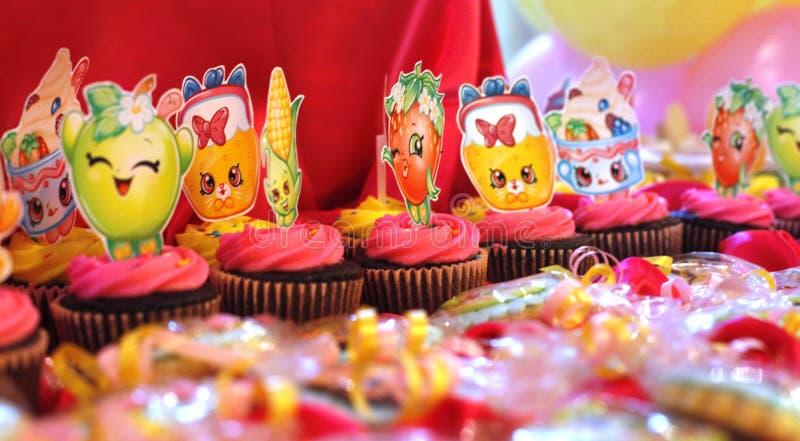Verdroogde cupcakes voor verjaardagen royalty-vrije stock foto