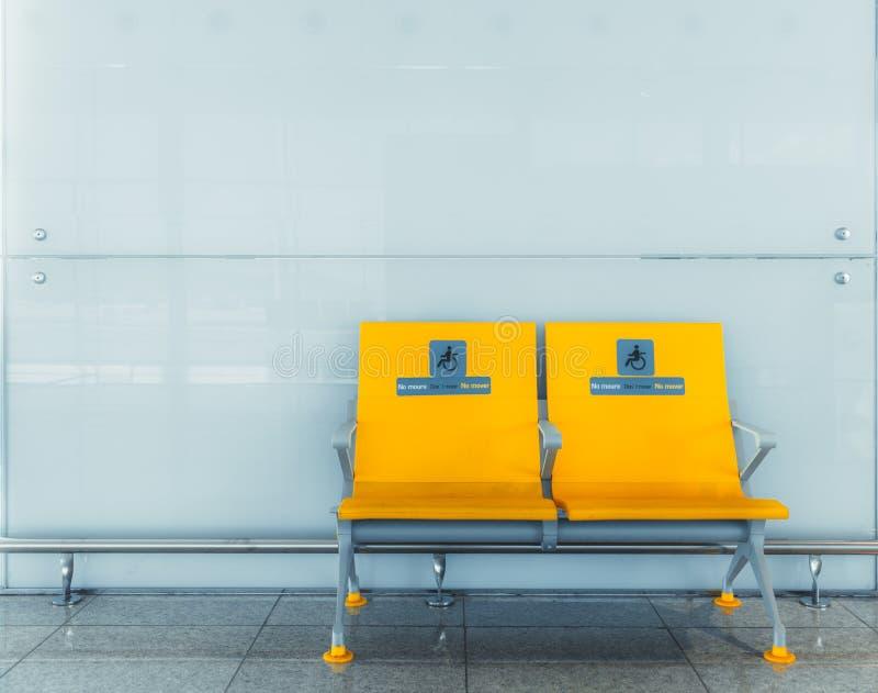Verdubbelde gele zetels voor gehandicapten stock foto's