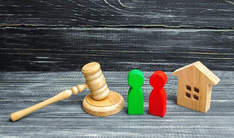 Verduidelijking van eigendom van het huis hof Houten cijfers van mensen rivalen in zaken de concurrentie, proef, conflict victor royalty-vrije stock afbeelding