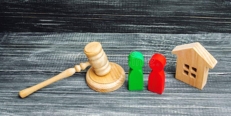 Verduidelijking van eigendom van het huis hof Houten cijfers van mensen rivalen in zaken de concurrentie, proef, conflict victor stock afbeeldingen