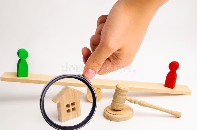 Verduidelijking van eigendom van het huis houten cijfers van peopl stock afbeeldingen