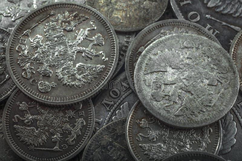 Verduister glans van oude zilveren muntstukken stock fotografie
