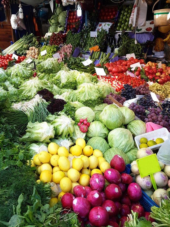 Verdulero en el mercado Estambul Turquía de Fısh Verduras frescas y frutas imágenes de archivo libres de regalías
