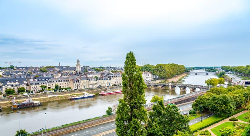 Verdun bro och city från den Angers slotten royaltyfri fotografi