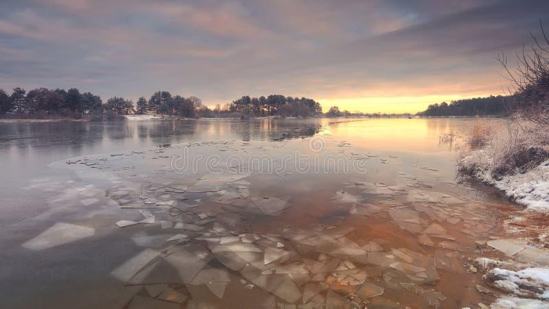 Verdun gebroken ijs op het meer royalty-vrije stock afbeeldingen