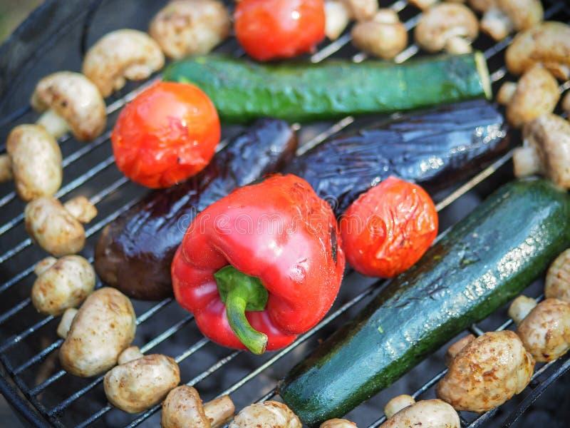 Verdura asada a la parrilla orgánica con pimientas, las setas, el calabacín y las cebollas fotos de archivo