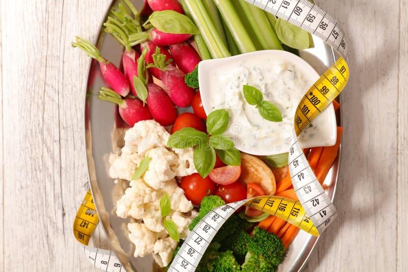 Verdura cruda e salsa immagine stock