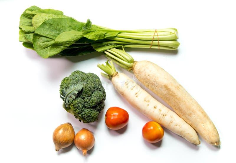 Verdura de la suma de la cebolla, del tomate, del rábano, del bróculi, y de Choy en el fondo blanco foto de archivo