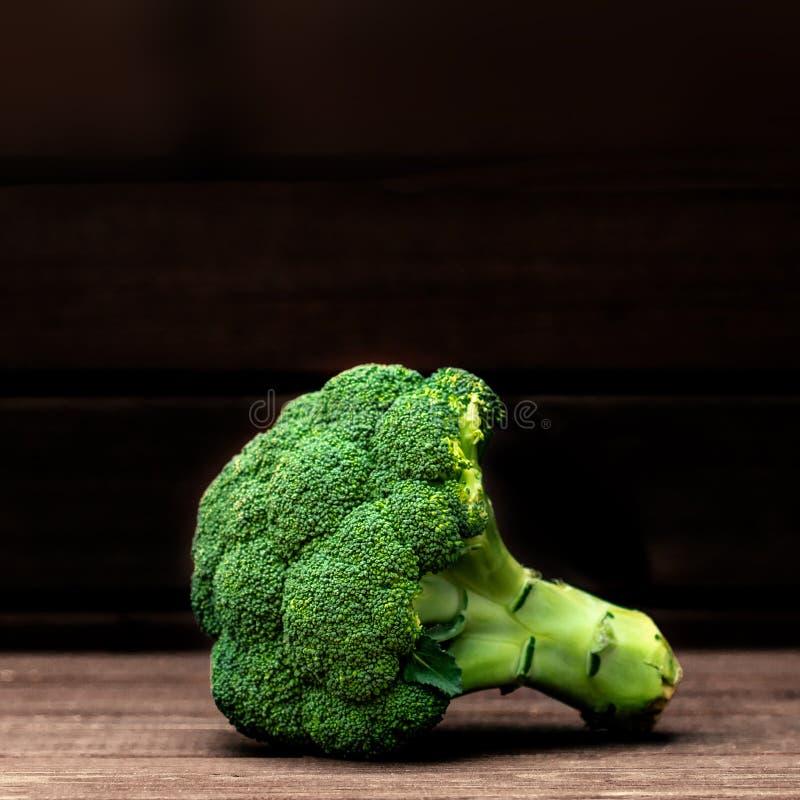 Verdura del bróculi en un fondo oscuro Copie el espacio Armario fresco del bróculi para arriba Collage de verduras frescas fotografía de archivo libre de regalías