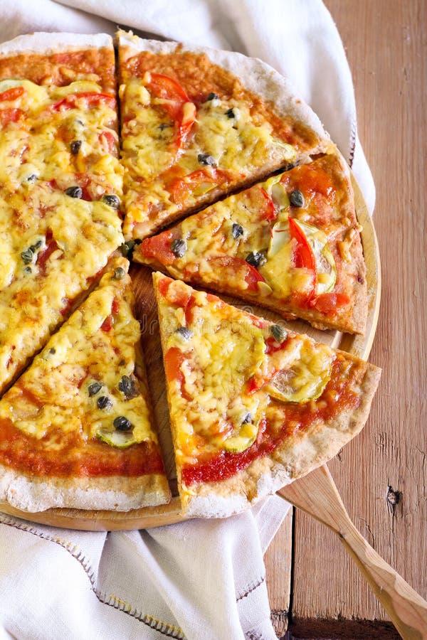 Verdura e pizza dei capperi immagini stock
