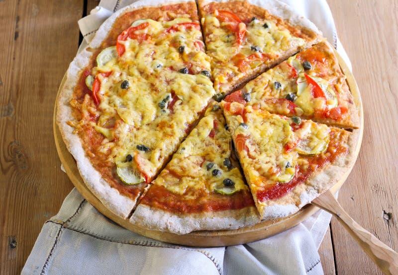 Verdura e pizza dei capperi fotografie stock