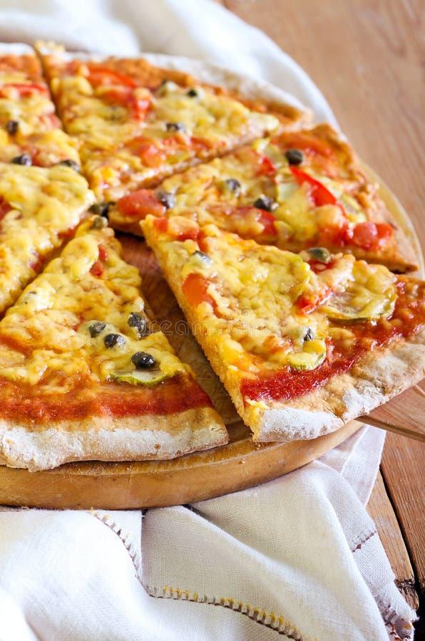 Verdura e pizza dei capperi immagini stock libere da diritti